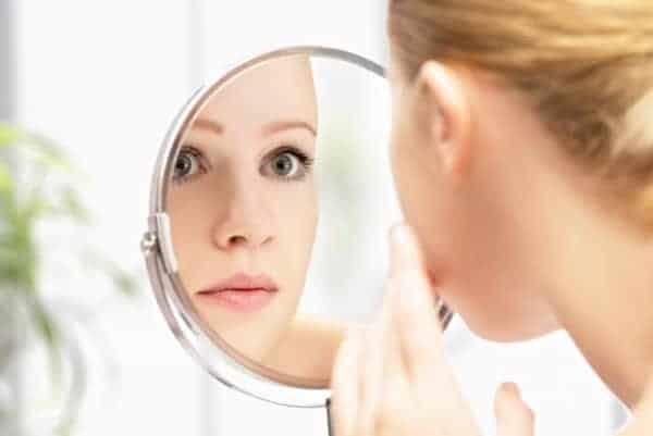 acne na mulher adulta