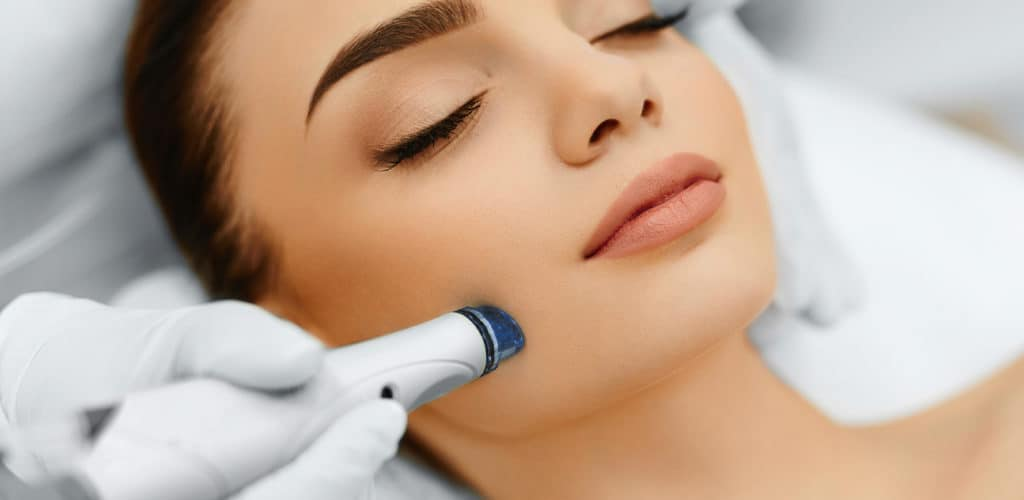 O microagulhamento é um procedimento que consiste em microperfurações da pele com finas agulhas metálicas.